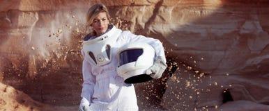Futuristisk astronaut utan en hjälm på en annan planet, bild med effekten av toningen Royaltyfri Bild
