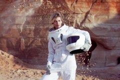 Futuristisk astronaut utan en hjälm på en annan planet, bild med effekten av toningen Arkivbilder