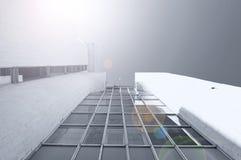 Futuristisk bakgrund för arkitektur - nedersta sikt för perspektiv av modern planlagd byggnad Arkivbild