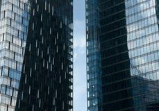 Futuristisk bakgrund med två skyskrapor Royaltyfria Foton