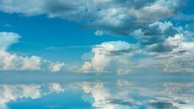 Futuristisk bakgrund som består av gemet för Tid schackningsperiod av vita fluffiga moln över blå himmel och deras reflexion, vid stock illustrationer