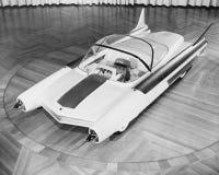 Futuristisk bil, circa den sena 60-tal 1950s-early (alla visade personer inte är längre uppehälle, och inget gods finns Leverantö Arkivbild