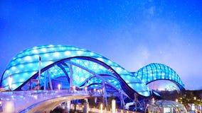 Futuristisk byggnad och stjärnklar himmel royaltyfri bild