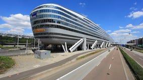 Futuristisk byggnad på den Frankfurt flygplatsen lager videofilmer