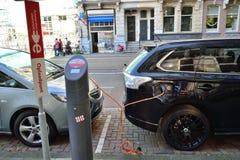 Futuristisk elektrisk begreppsbil som laddar amsterdam royaltyfri bild