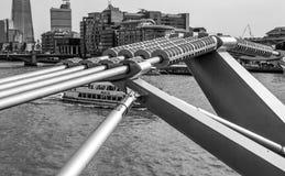 Futuristisk konstruktion av milleniumbron i London - LONDON - STORBRITANNIEN - SEPTEMBER 19, 2016 Royaltyfri Bild