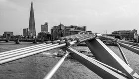 Futuristisk konstruktion av milleniumbron i London - LONDON - STORBRITANNIEN - SEPTEMBER 19, 2016 Arkivfoto