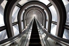 Futuristisk rulltrappa, abstrakt utrymme i en modern byggnad Royaltyfria Bilder