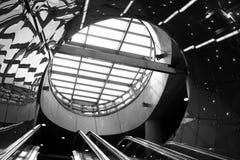futuristisk rulltrappa i modern byggnad Fotografering för Bildbyråer