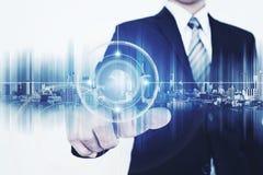 Futuristisk teknologi, för manöverenhetsmanöverenhet för affärsman rörande knapp för teknologi Fotografering för Bildbyråer