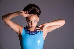 Futuristisk ung dam i blå latexklänning Arkivbild