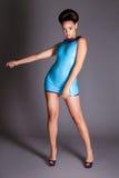 Futuristisk ung dam i blå latexklänning Royaltyfri Bild