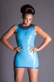 Futuristisk ung dam i blå latexklänning Arkivbilder