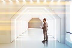 Futuristisk vit korridor, man med legitimationshandlingar arkivfoton
