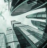 Futuristiska skyskrapor av exponeringsglas och metall Royaltyfria Bilder