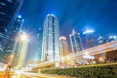 Futuristiska stads- byggnader på natten Fotografering för Bildbyråer