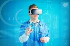 Futuristiskt begrepp av doktorn som anv?nder virtuell verklighetexponeringsglas med framtida teknologi arkivbilder