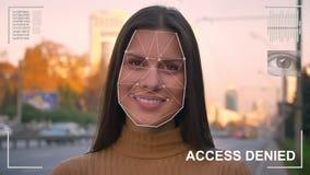 Futuristiskt och teknologiskt avläsa av framsidan av en härlig kvinna för ansikts- erkännande och den avlästa personen stock video