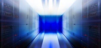Futuristiskt rum för serversuddighetsrörelse med modern kommunikations- och serverutrustning Arkivbilder