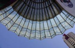 Futuristiskt tak av shoppinggallerian i Singapore Arkivbilder