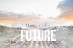 Futuro contra la trayectoria pedregosa que lleva al horizonte brumoso de la ciudad Foto de archivo