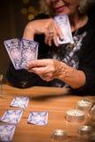 Futuro da leitura dos cartões de tarô Fotografia de Stock
