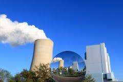 Futuro de centrais elétricas de carvão no glasball imagens de stock royalty free