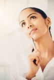 Futuro de pensamento indiano da mulher de negócio foto de stock