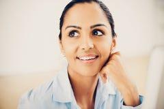 Futuro de pensamento indiano da mulher de negócio fotografia de stock royalty free
