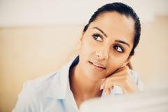 Futuro de pensamento indiano da mulher de negócio Fotografia de Stock
