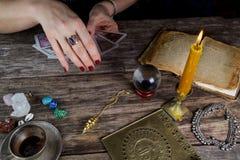 Futuro de predição da mulher do caixa de fortuna dos cartões imagem de stock