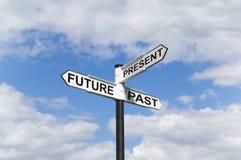 Futuro último y actual poste indicador en el cielo Fotografía de archivo