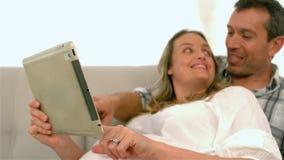 Futurs parents heureux à l'aide du comprimé banque de vidéos