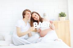 Futurs parents heureux, papa et une mère enceinte d'avance Photos libres de droits