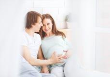 Futurs parents heureux, papa et une mère enceinte d'avance Image libre de droits