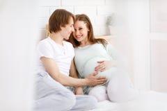 Futurs parents heureux, papa et une mère enceinte d'avance Photographie stock