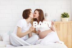 Futurs parents heureux, papa et une mère enceinte d'avance Photos stock