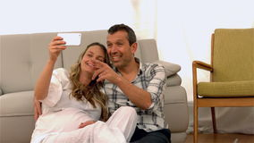 Futurs parents heureux prenant le selfie banque de vidéos