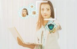 Futurystyczna cyber ochrona z twarzowym rozpoznaniem lekarka a zdjęcia royalty free
