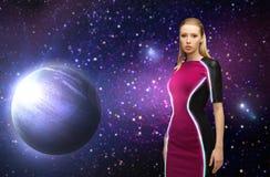 Futurystyczna kobieta nad planetą i gwiazdami w przestrzeni Obrazy Stock
