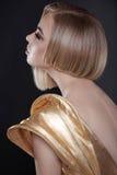 Futurystyczna kobieta z koczek fryzurą zdjęcia royalty free