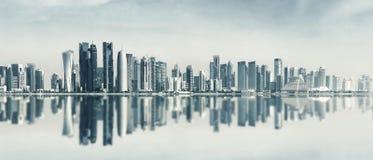 Futurystyczna miastowa linia horyzontu Doha, Katar zdjęcia stock