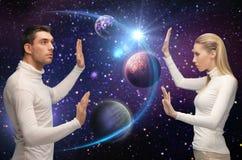 Futurystyczna para nad planetą i gwiazdami w przestrzeni Zdjęcie Royalty Free