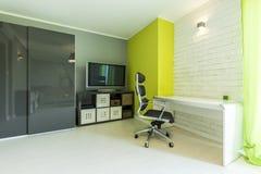 Futurystyczny neonowy pokój z biurkiem Obrazy Stock
