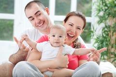 Fuuny szczęśliwa uśmiechnięta rodzinna fotografia Zdjęcie Royalty Free