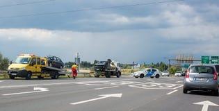 Fuzesabony, Węgry Dwa samochodu są na holowniczych ciężarówkach po wypadku na drodze Policja blokująca kupczy potłuczone szkło obraz royalty free