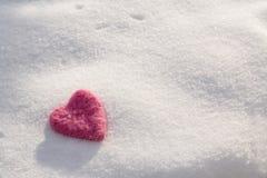 Fuzzy Pink Valentines Day Heart en nieve fotografía de archivo