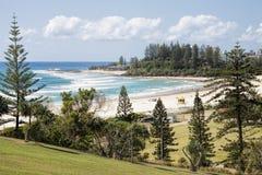 FView av den Coolangatta stranden och Snapper vaggar från Kirra punktutkik, Gold Coast Royaltyfria Bilder