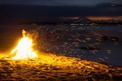 Fyling chispea de hoguera en la playa de Gili Air con el volcán Agung de Bali en el fondo Foto de archivo
