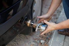Fylla på bilen med gasbränsle Royaltyfri Fotografi